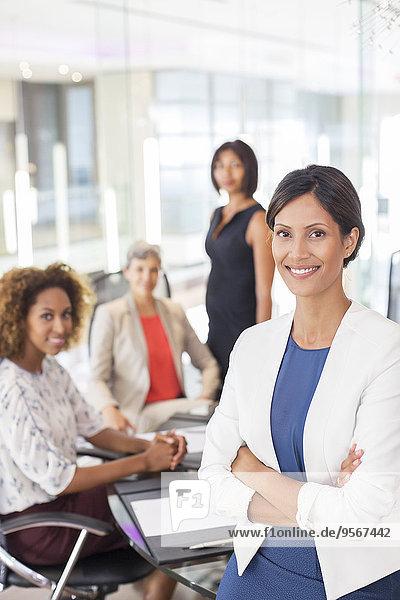 Portrait der Geschäftsfrau im Konferenzraum