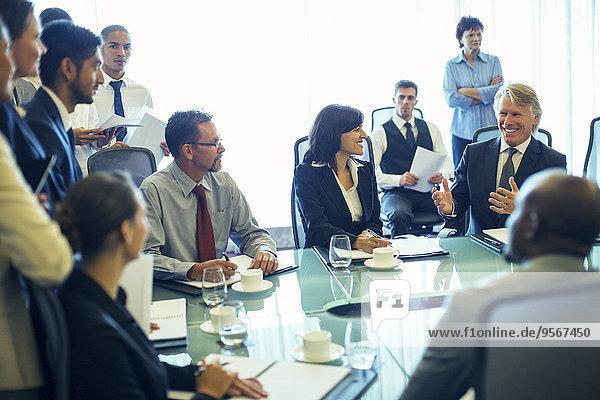 Große Gruppe von Geschäftsleuten mit Besprechung im Konferenzraum