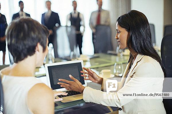 Geschäftsfrauen sitzend mit Tablet PC im Konferenzraum