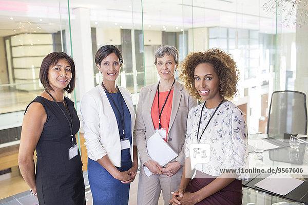 Porträt von vier Frauen im Konferenzraum