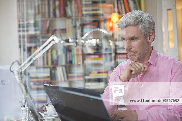 Geschäftsmann bei der Arbeit am Laptop im Home-Office