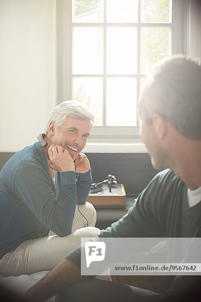 Männer entspannen gemeinsam im Wohnzimmer