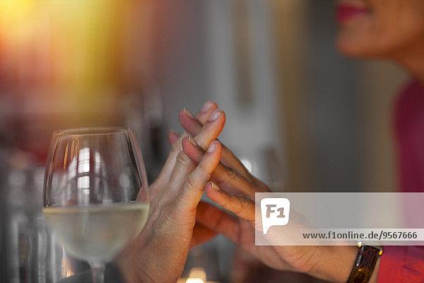 Nahaufnahme eines romantischen älteren Paares  das Händchen hält