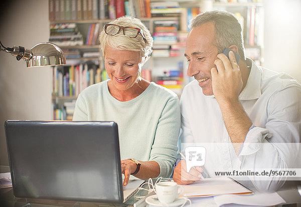 Geschäftsleute  die gemeinsam am Home Office Desk arbeiten
