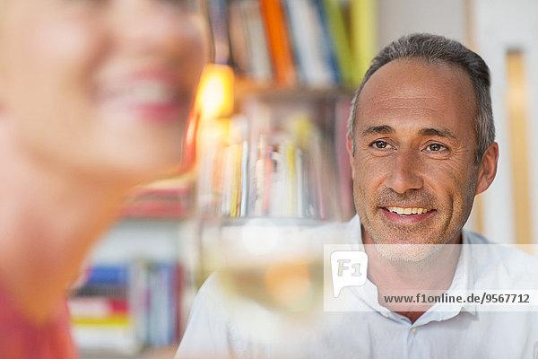 Älterer Mann lächelt Frau an