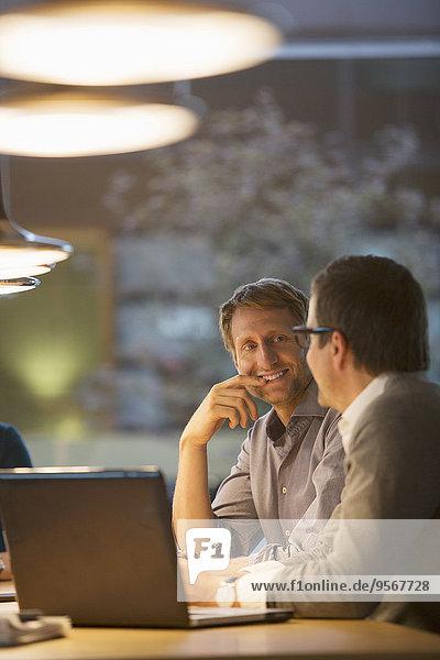 Geschäftsleute im Gespräch in der Bürobesprechung