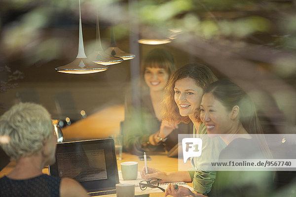 Geschäftsfrauen im Bürogespräch