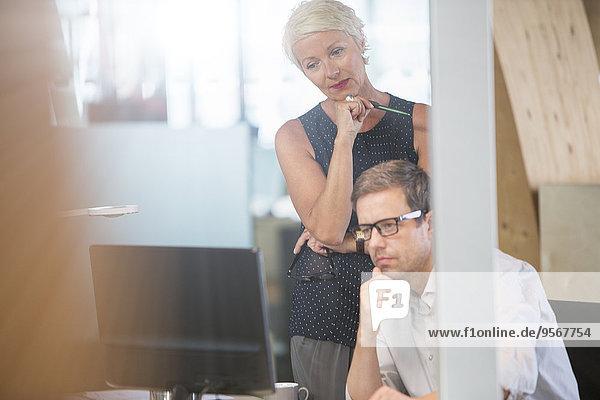Geschäftsleute  die gemeinsam im Büro denken