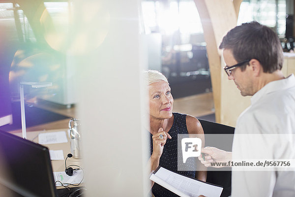 Geschäftsleute  die im Büro zusammenarbeiten