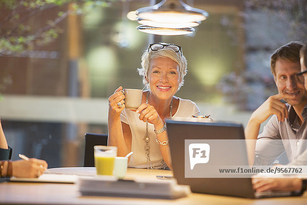 Geschäftsfrau lächelt in Bürobesprechung