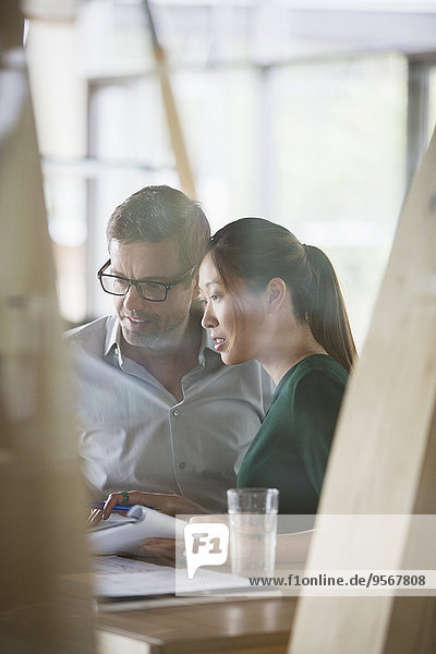 Geschäftsleute im Gespräch am Schreibtisch