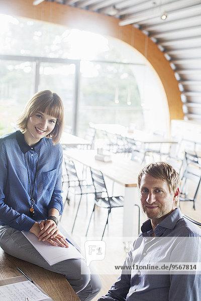 Geschäftsleute lächeln in der Cafeteria