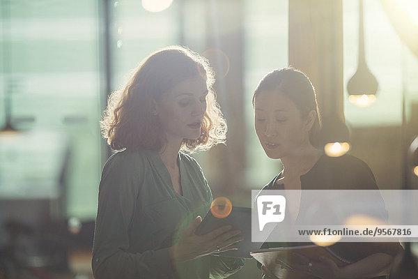 Geschäftsfrauen mit digitalem Tablett im Büro