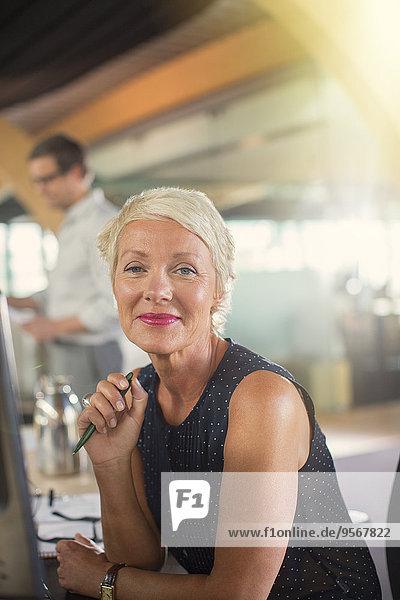 Geschäftsfrau lächelt im Büro