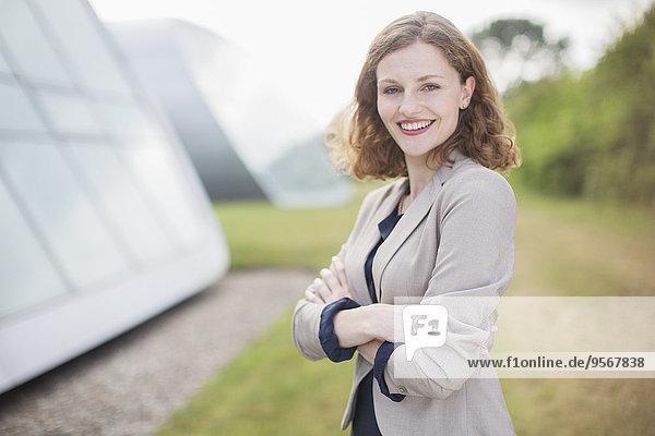 Geschäftsfrau lächelt im Freien