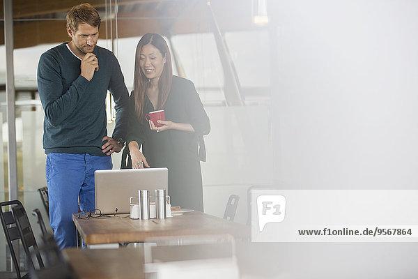 Geschäftsleute mit Laptop in der Cafeteria