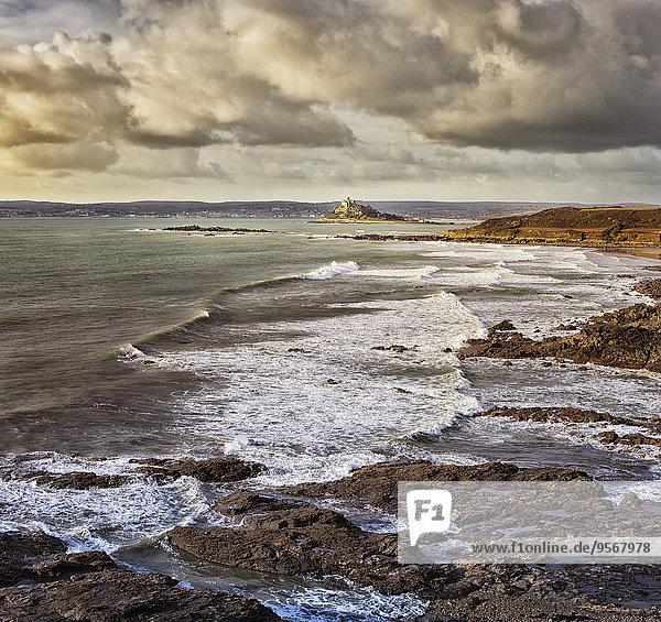 Panoramablick auf die Küstenlandschaft mit Wellen  die am felsigen Strand krachen.