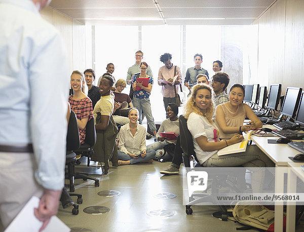 Universitätsstudenten hören die Präsentation im IT-Klassenzimmer.