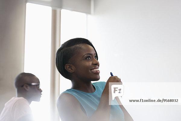 Lächelnder Student in blauem Top beim Seminar