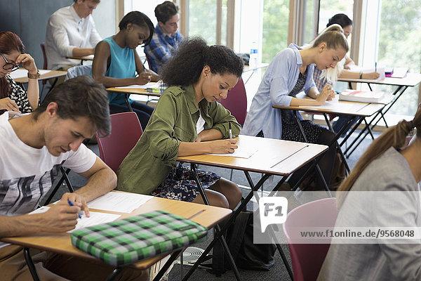 Universitätsstudenten  die die Prüfung im Klassenzimmer ablegen