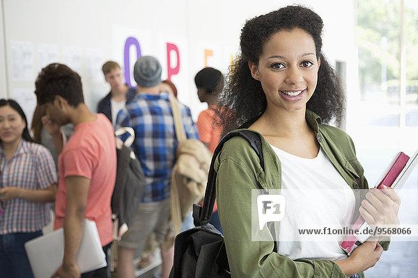 Porträt eines lächelnden Studenten auf dem Flur