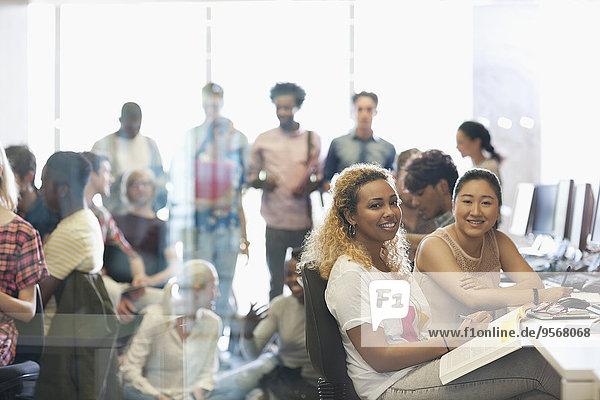 Porträt von zwei Studentinnen am Schreibtisch im Technikunterricht