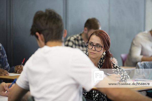 Studenten  die während des Seminars Notizen machen
