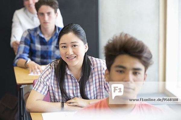 Porträt von lächelnden Studenten im Klassenzimmer