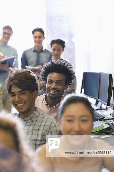 Studentengruppe während der Vorlesung im sonnigen Klassenzimmer