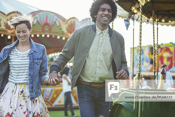 Junges multirassisches Paar mit Spaß im Vergnügungspark