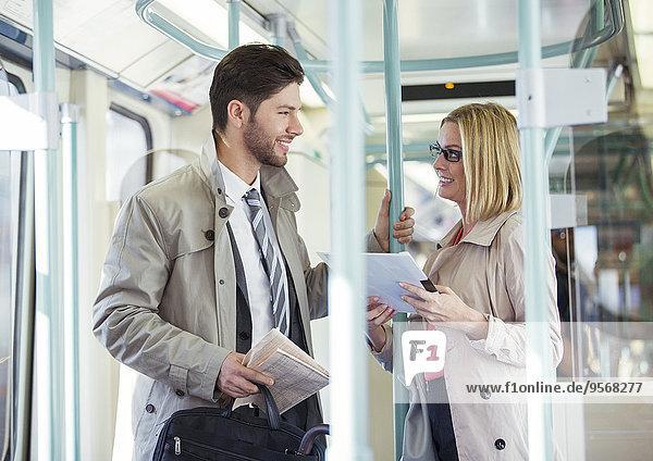 Geschäftsleute sprechen im Zug