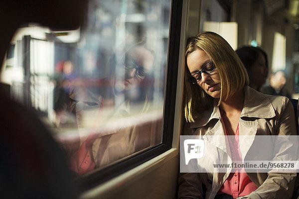Geschäftsfrau schläft im Zug
