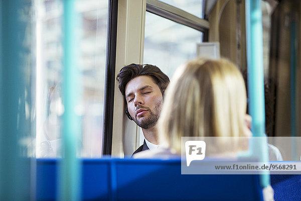 Geschäftsmann schläft im Zug
