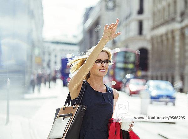 Geschäftsfrau beim Taxifahren in der Stadt