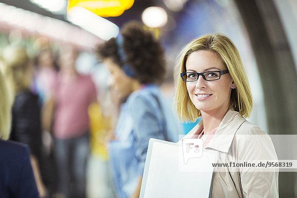 Geschäftsfrau,lächeln,Haltestelle,Haltepunkt,Station,Zug