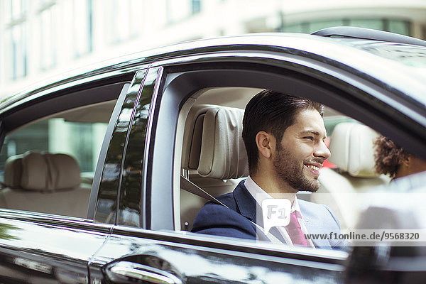 Geschäftsmann lächelnd im Auto