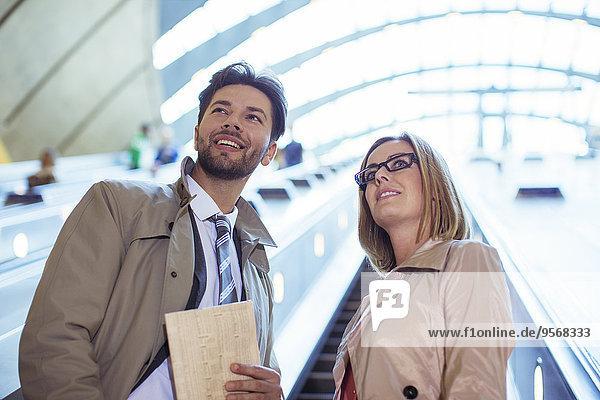 Geschäftsleute auf der Rolltreppe