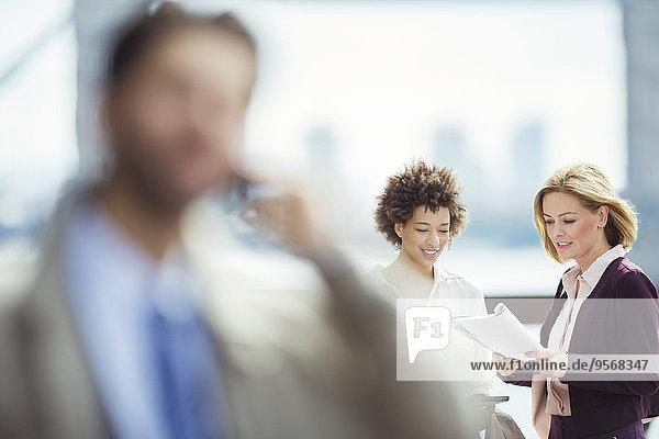 Geschäftsfrauen im Gespräch am Stadtrand