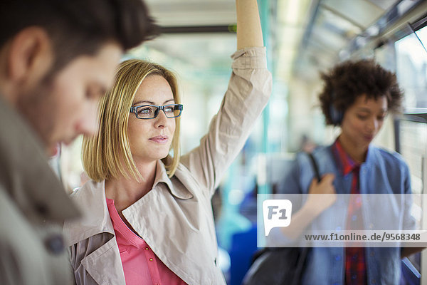Geschäftsfrau im Zug