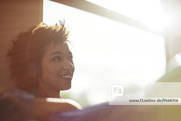 Frau sitzt am Fenster im Zug