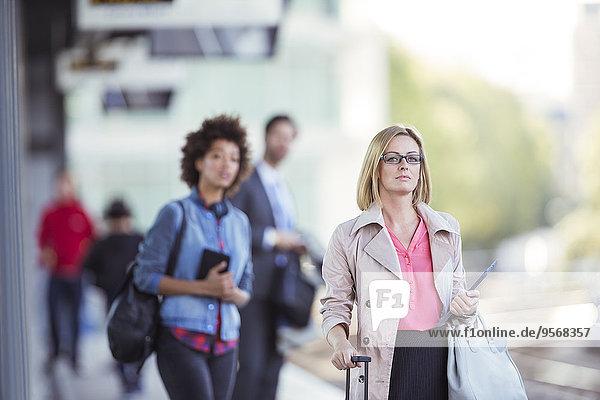 Leute, die am Bahnhof warten