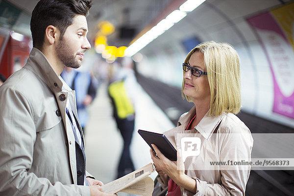 Geschäftsleute sprechen in der U-Bahn-Station