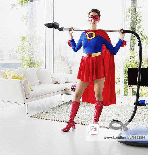 Superheld mit Vakuum im Wohnzimmer