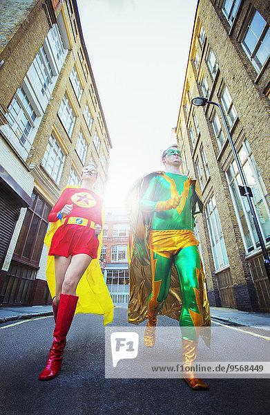 Blick auf das Superheldenpaar, das auf der Stadtstraße läuft