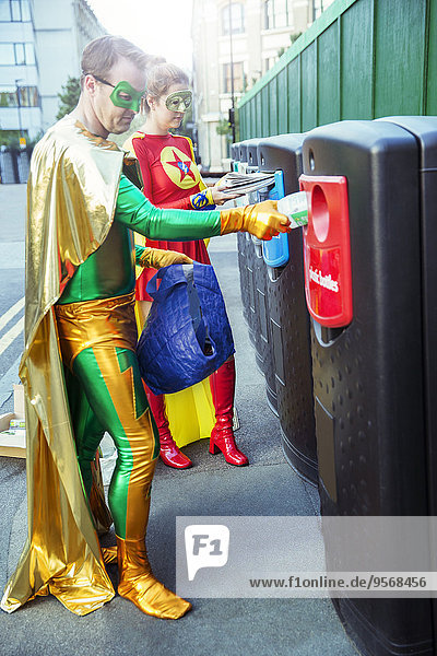 Superheldenpaar Recycling auf dem Bürgersteig der Stadt