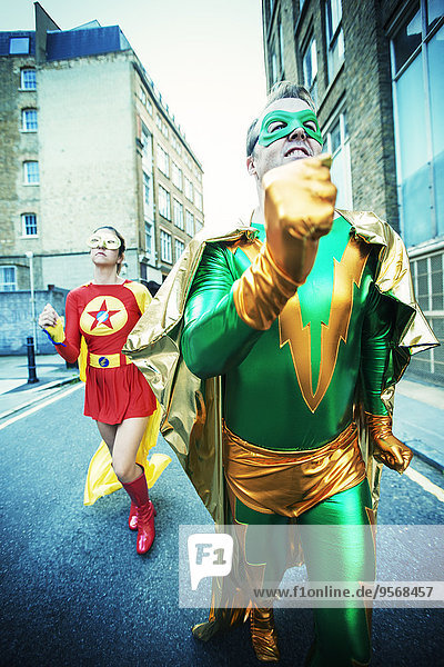 Superheldenpaar auf der Stadtstraße