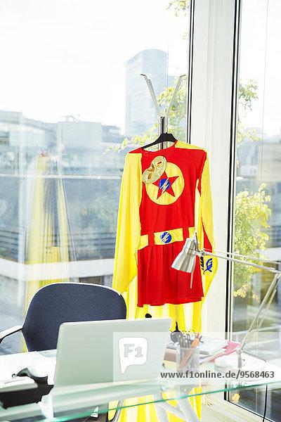 Superheldenkostüm hängend im Büro