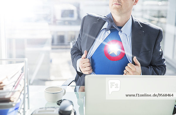 Geschäftsmann Eröffnung Hemd zu enthüllen Superheld Kostüm