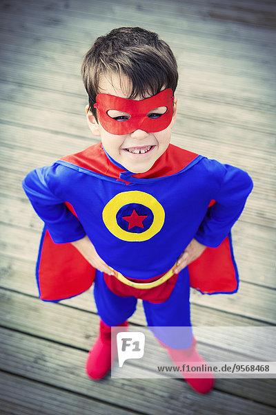 Hochwinkelansicht des Superheldenjungen mit Händen auf der Hüfte