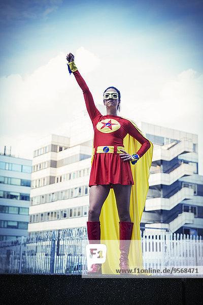 Superheld steht stolz in der Stadt